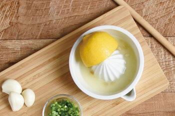 「胃の調子がわるいなぁ」そんな時、胃酸が多く出ているのか、それとも少ないのか。どのタイプなのかで、対応の仕方は変わってきます。簡単なチェックの仕方をご紹介します。 準備するものは、レモンと水。大さじ一杯のレモン汁を3倍の水で薄め、食事の間にひと口食べたら一口のむ、というのをなくなるまで繰り返してください。食後2〜3時間後に胃がすっきりする人は「胃酸不足」、胃がむかむかしたり不快感がある人は「胃酸過多」という傾向があると判断できます。途中で水分をとりすぎてしまうと、効果がすくないので控えめにしてくださいね。胃潰瘍や、食道潰瘍などの疾患がある方は行わないでくださいね。