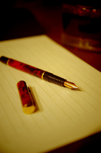 手紙を書く時には、日本文学の美しさを感じる手紙のマナーもしっかり取り入れてみましょう。特に目上の人への手紙で大事にしたいポイントです。  手紙の書き出しは拝啓や前略などの頭語で始まり、次に季節のあいさつを入れます。手紙本文の後には相手の健康や活躍を祈る結びの言葉を入れ、最後は敬具や草々などの結語で締めます。  日本に根付く手紙マナーがこちらの機微まで届けてくれる気がしますね。