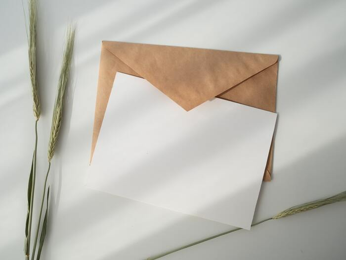 葉書の位置づけは、手紙を略式化したもの。目上の人への手紙は便箋と封筒のセットを用いるのが一般的です。季節のあいさつ、例えば年賀状や暑中見舞い、残暑見舞いなどは、目上の人へも葉書を使用しますよ。季節のあいさつに関係なく久しぶりのあいさつをするなら、目上の人へは葉書よりも手紙が良さそうです。