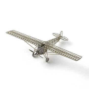 リアルで繊細なデザインの飛行機模型が作れるキット。手のひらに乗るほど小さいですが、本物を忠実に再現していて、じっくり観察したくなります。インテリアのアクセントになりそう。