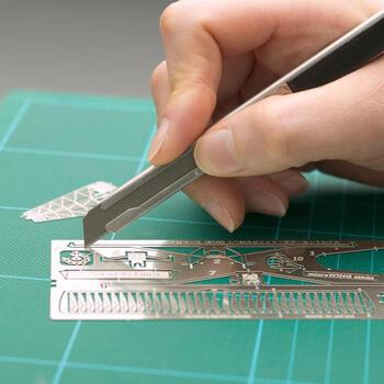 パーツはカッターナイフで切り離し、一つ一つ組み合わせていきます。接着剤なしで作れるのでお手軽。小さいパーツは無くさないように、丁寧に組み合わせていきましょう。