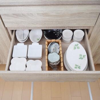 食器の収納は、同じ種類のお皿を並べるだけですっきりして見えます。たくさんの数を重ねず、余裕をもって並べることがストレスなく出し入れするためのポイントです。毎日使う食器や使う頻度が少ない食器など、引き出しごとにグループ分けをするのも◎。