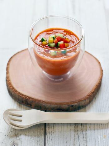 トマトやパプリカ、きゅうりといった夏野菜をたっぷり使った、スペインの冷製スープです。栄養をたっぷり補給できる上に、サラダや麺などアレンジもできます。ぜひお試しを!