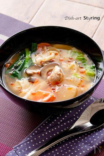 辛さと酸味が食欲をそそる、暑くなってきた時期にぴったりの酸辣湯。野菜を多めにしてワンタンも加えれば、一品で満足度大の食べるスープになりますよ。