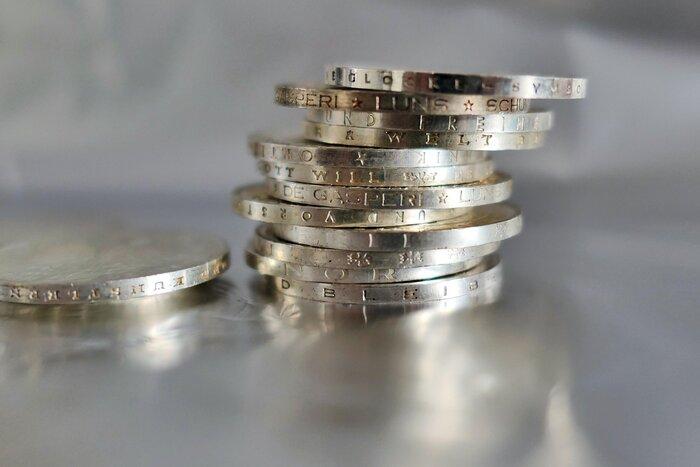 子どもにとって身近な学び、と言えば数字です。ただ、単純に足し算や引き算を教えようと思ってもなかなか難しいかもしれません。そこで利用してみて欲しいのが、コインです。おもちゃのコインで問題ないですし、なければおはじきでもいいです。10枚から20枚程度のコインを用意して、子どもの前でざっくり2つに分けましょう。