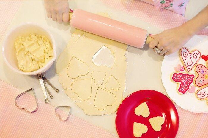 パズルのクッキー型がなくても、パズルクッキーは作れます。  【方法】 1.クッキー生地を作り、クッキングシートの上に伸ばす 2.手持ちのクッキー型をしっかりと押し込む 3.型抜きせずにその170°に温めたオーブンで15分焼く  粗熱が取れたらクッキー型を取り除けばOKです。料理も楽しめて、パズルとして遊びながら形の認識力を高められるので楽しさ倍増ですよ。