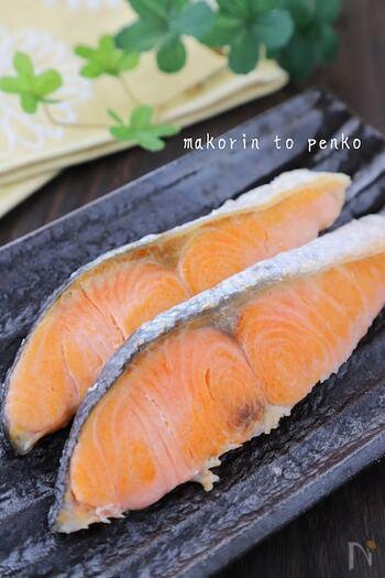 こちらのレシピでは、水と酒を入れて沸騰させ、蓋をして蒸し焼きにすることで魚の身がふっくらとする焼き方が紹介されています♪時間が経っても柔らかい焼き魚が作れるので、お弁当にもぴったりです◎