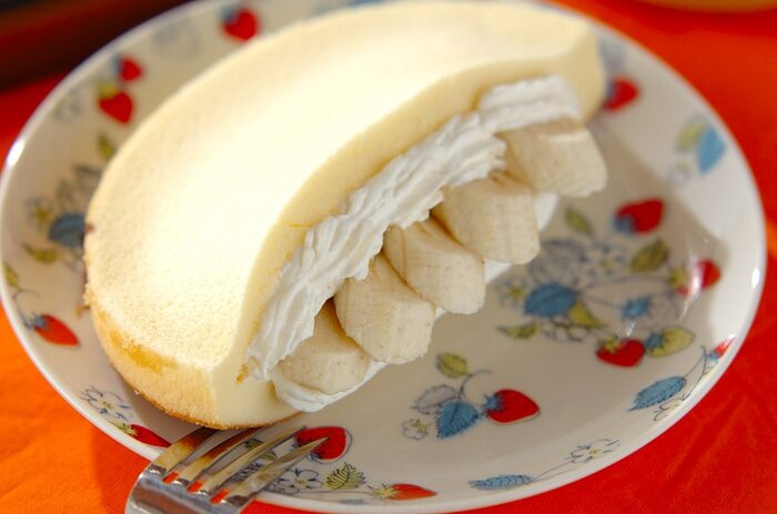 市販のスポンジ生地とホイップクリームを使った、簡単バナナケーキ。ボリュームも満点で、軽食や子供のおやつにも喜ばれそうです。