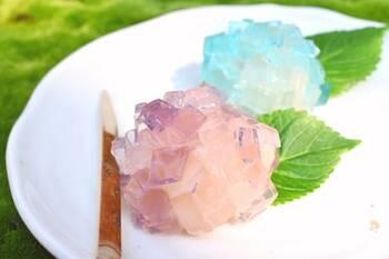 生菓子は、一見難しそうですが、材料も少なく意外と簡単!淡い色に色付けした寒天をカットしてたら、丸めた白餡にまとわせて紫陽花モチーフに。ころんとしたボリューム感が可愛らしい生菓子です。