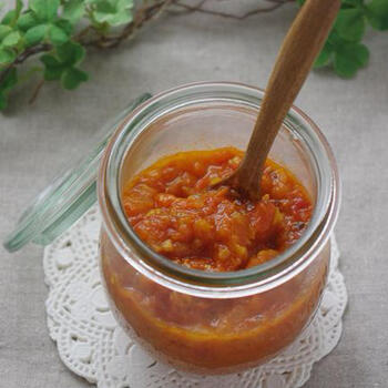 トマトソースのレシピはトマトの水煮缶で作るレシピが多いですが、せっかく旬ならば、フレッシュトマトで贅沢にトマトソースを作ってみませんか?フレッシュトマトと玉ねぎを炒めて潰して作ったフレッシュトマトソースは、パスタはもちろん、パンに乗せたり用途も色々楽しめます。