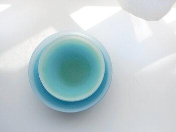 ガラス作家・手塚えりかさんのガラスの器は、青空のようなグラデーションが魅力。淡い濃淡が美しく、置いておくだけでも絵になります。一つ一つ色の出方が異なるのも魅力。