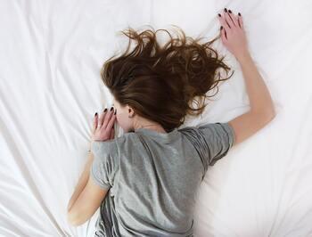 ストレスを感じると、コルチコトロピンというホルモンが分泌されます。それによって睡眠が妨げられてしまい、夜なかなか眠れなかったり、途中で起きてしまったりするのです。睡眠のリズムが狂ってしまうのは辛いですよね。仕事や人間関係など、ストレスとなる原因がないかチェックしてみましょう。