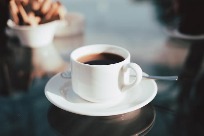 コーヒーや紅茶などのカフェインを含む飲み物に覚醒作用があることは有名ですよね。カフェインが効いてくるまで30分ほどかかるので、仕事が始まる前に飲んでおくと良いでしょう。温かい飲み物の方が効果が出やすいのでおすすめです。飲み過ぎるとカフェイン中毒になる危険があるので要注意!
