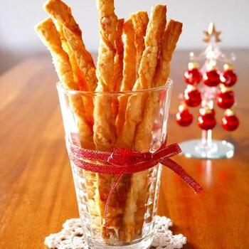 市販のパイシートとグラニュー糖で作る、ねじねじ棒パイ。オーブンで焼いてサクサク食感が魅力の一品が完成です。グラニュー糖にシナモンシュガーを加えた、アレンジバージョンもおすすめです。