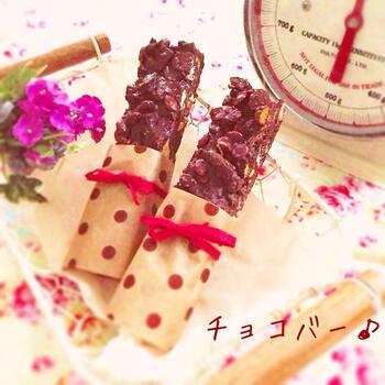 フルーツグラノーラとチョコレートを混ぜて、冷蔵庫で冷やすだけ!とても簡単なので、お子様と一緒に作ってみるのもおすすめです。フルーツグラノーラの種類を変えたり、マシュマロを加えたり、その日におうちにある材料をプラスするだけで、毎回違いを楽しむことができますよ。