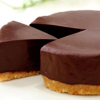 市販のクッキーを活用した、生チョコケーキです。舌触りがとっても滑らか。その秘密は、生クリームとチョコレートの組み合わせ。よく冷やして召し上がってくださいね。