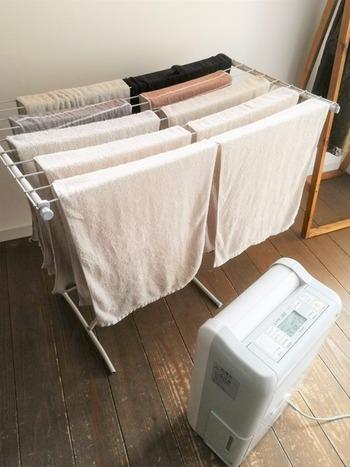 洗濯物がいつまでも湿った状態は、臭いの原因になります。乾燥機がない場合は、扇風機やサーキュレーターで風を送り、少しでも早く乾くようにすると◎ エアコンと併用すると、空気の還流も良くなるのでおすすめです。
