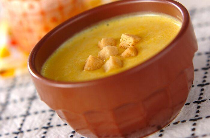 カボチャの自然な甘味がたまらないポタージュ。豆乳を使うことで濃厚さは残しつつもさっぱりしていて、冷製スープが初めてでも飲みやすくなっています。温かいままでも美味しい、覚えておきたいレシピです。