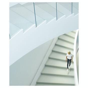"""普段あまり体を動かせていない人は、「階段を使う」「ひと駅歩く」など、ちょっとしたことでも毎日行えばとても良い運動になります。このとき、大股歩きや早歩きを意識すると、骨盤から股関節のあたりに伸びる""""腸腰筋""""という筋肉を鍛えることができ、腸の働きや骨盤のバランスが良くなることが期待できますよ。"""