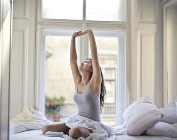 """家事をしながら、テレビをみながら、などの""""ながらエクササイズ""""や、朝晩〇分は運動の時間に充てるなど、無理のない目標を立てて、エクササイズやちょっとしたストレッチ、運動を習慣化するように意識してみましょう。継続して行うことで必要な筋肉がつき、ぽっこりお腹の解消や美姿勢を保てるように◎"""