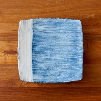 ココチ舎のインディゴシリーズは、ジーンズのような独特の色合いと手触りが特徴です。表面にコーティングが施されているため、目止めをする必要はありません。電子レンジも使用でき、扱いやすいのも◎
