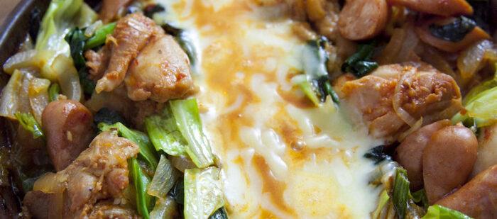 熱々のとろけるチーズがたまらないダッカルビも、蒸し煮にすればフライパンでおいしく仕上がります。 お肉と野菜がたっぷり食べられて、ご飯もすすみます。トマト鍋の素を使うから、味もバッチリ決まります。  使われているほうれん草は、鉄分の吸収率をアップさせるビタミンCや、葉酸などを豊富に含んでいる優秀な食材。蒸し煮にして、栄養を逃さないようにしましょう!
