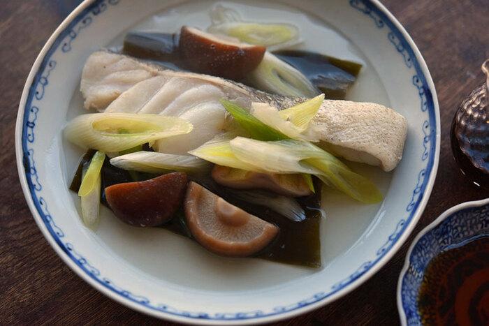 和食の基本のひとつ、白身魚の酒蒸しもフライパンひとつで手軽に作れます。 おいしく仕上げるコツは、魚の臭みをとるための「霜降り」を行うこと。特に「煮る」料理では、煮汁の中に魚の臭みが残りやすく、せっかくのお料理の味が落ちてしまいます。下処理にひと手間かけて、上品なお味の酒蒸しを作ってみてくださいね。