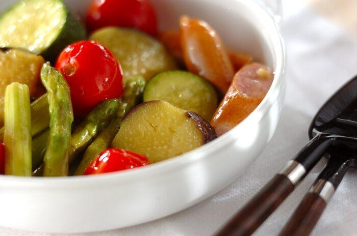 味付けは、オリーブオイルと塩、香り付けのニンニクのみのシンプルなメニュー。 夏野菜の水分だけで調理するので、野菜の旨みが凝縮されています。生ではあまり量を食べられない野菜たちも、蒸し煮にすればたっぷり食べられます。