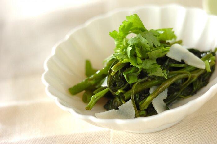空芯菜の炒め物、中華料理店に行ったら必ず頼むという方も多いのでは? 空心菜は夏が旬の葉物野菜で、シャキシャキとした食感が特徴的。  炒めると焦げやすいという空芯菜も、蒸し煮にすることでしっとりと仕上がるそう◎