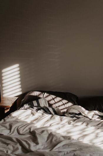 体内時計を整え、良い睡眠を得るために有効と言われているのは、明暗環境を整えること。そのためには、朝は陽の光を浴び、夜はできるだけ明るい環境下にいないようにすることが大切。寝室には蛍光灯ではなく間接照明を使い、自然光が入るよう調整する。ただこれだけで、徐々にリズムが整ってくるのを感じるはずです。