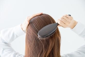 まずは髪を濡らす前に髪の絡まりをなくします。目の粗いブラシで優しく髪をとかすことで、ホコリや汚れが取れやすくなります。シャンプーブラシを使うときに絡まりにくくなる効果もあるので、念入りにブラッシングしてくださいね。