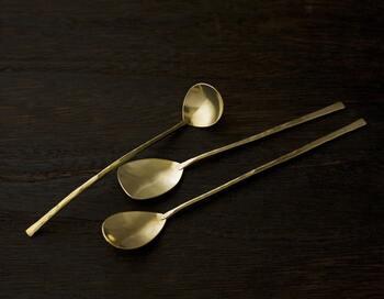 こちらは、繊細で大人っぽい印象のアイスクリームスプーン。真鍮の鈍いゴールドの光が落ち着いた雰囲気で素敵ですね。