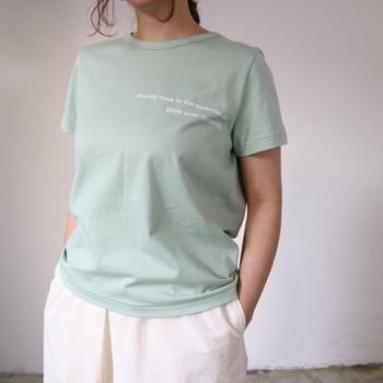 今年流行りのミントカラーのロゴTシャツ。ロゴと言っても大きすぎない程よいサイズ感なので、普段無地T派さんも抵抗なくコーデに取り入れることができるはず。コーデのちょっとしたアクセントになってくれるロゴTは、薄着の夏こそパートナーにしたい1枚。