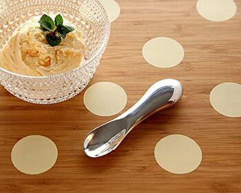 なめらかな曲線が印象的なアルミニウム製のアイスクリームスプーン。アルミの熱伝導率の高さを利用して、アイスを溶かしながらすくい出すことができます。