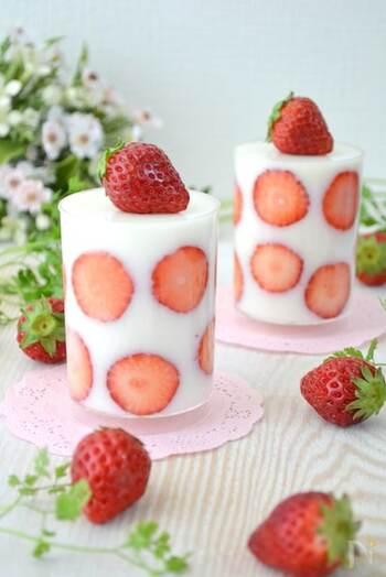 ケーキのようなおいしそうなこちらのスイーツは、牛乳を使った寒天ゼリー。薄く輪切りにしたいちごをカップに貼り付けて、かわいい水玉模様に仕上げましょう。低脂肪乳を使えばとってもヘルシーなスイーツになりますよ。