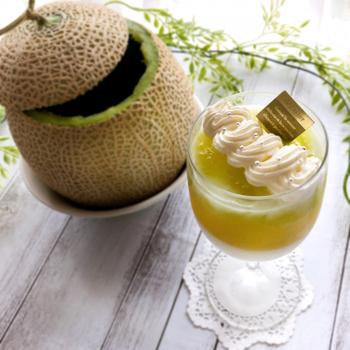 メロンゼリーと杏仁豆腐の2層仕立てスイーツ。杏仁豆腐はアーモンドエッセンスを使うので手順が簡単です。メロンの果肉を贅沢に使ったゼリーで、ちょっと特別な日のデザートにもおすすめ。