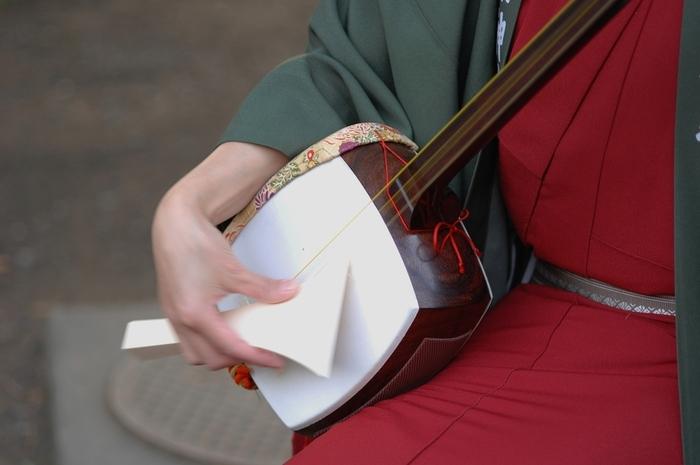 五冊目にご紹介するのが、極端に句読点が少ない独特の文体でありながら、人気が高い『春琴抄』。  盲目の三味線の師匠である春琴と、春琴に仕える奉公人・佐助との愛が描かれています。