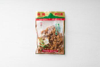 沖縄の離島「伊江島」の特産物を扱う伊江食品の手づくりピーナッツ糖は、ピーナッツの香ばしさと黒糖の甘みがクセになり、てがとまらなくなるおすすめおやつです♪