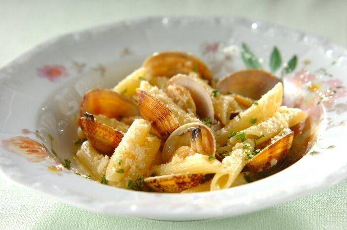 アサリを使ったボンゴレビアンコをペンネで仕上げたレシピ。アサリの旨味と粉チーズがベストマッチ。白ワインといただきたいレシピです。