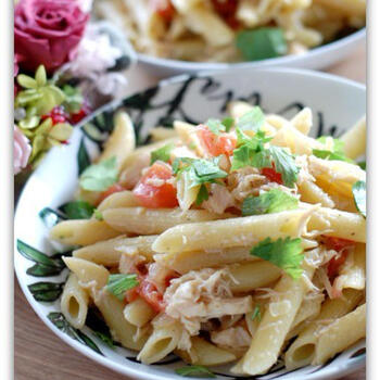 ツナにアンチョビ、トマト、玉ねぎなどを使ったペンネレシピ。仕上げにレモン果汁を振りかけてさっぱりと♪付け合わせにもぴったりなレシピです。