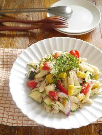パプリカ、ズッキーニ、コーンなどたくさんの夏野菜を使った彩り鮮やかなペンネサラダ。味付けは水切りヨーグルト、オリーブオイル、レモン汁、塩・胡椒のみ。さっぱり爽やかな味わいは、夏の食卓にぴったりです。