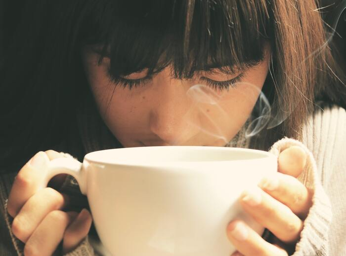 冷房や冷たい食べ物&飲み物。夏は自覚なく体に冷えが蓄積されてしまう場合も...。バスタイムをゆっくり取れない時は、温かい飲み物でリラックス。寝酒はかえって睡眠を妨げるので、美肌のためにも絶対NG。食事もお酒もできるだけ、寝る2〜3時間前までに済ませ、就寝前には、ハーブティーなど刺激のないものを選ぶようにしましょう。