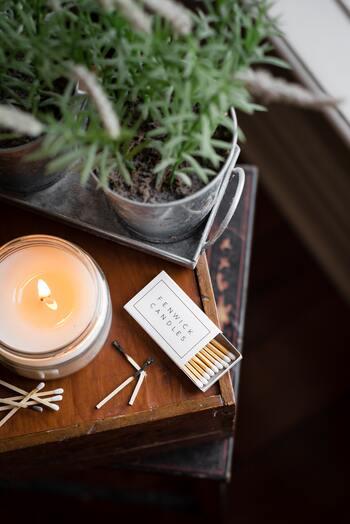 お部屋に自分の好きな香りが漂っていると、自然と鼻腔が広がり、呼吸が深くなります。自分をおまじないにかけるような感じで、アロマを炊くなど、室内環境も整えましょう。