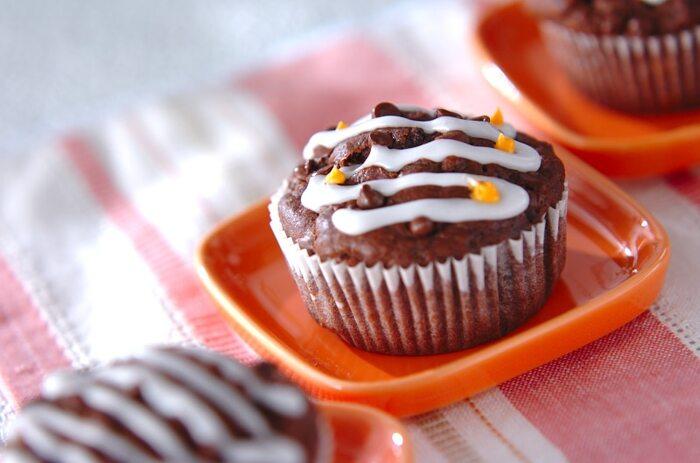 バナナを混ぜ合わせたチョコレートマフィン。しっとりしたチョコレートにフルーティーな味わいをプラス。バナナとチョコの組み合わせは定番ですね!