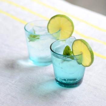 ブルーとガラスの美しさを同時に楽しめるiittalaのタンブラー。シンプルな形でどんなシーンでも使いやすく、水を注ぐだけで清涼感のある雰囲気に。無鉛ガラスを使用しているので、安心して使えるというのもポイント。