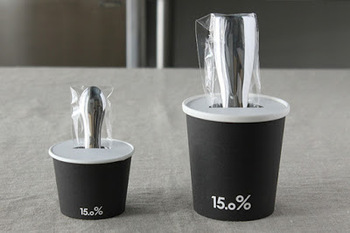 パッケージのユニークさにも注目。ボックスを開けると、アイスクリームのカップにスプーンが刺さっているようなデザイン。アイス好きのお友達へのプレゼントにも最適です。