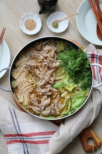ごま油の風味が効いた鶏がらスープ。キャベツもごま油であらかじめさっと炒めるだけで甘味がアップします。そのままでも味はしっかりしていますが、お好みでポン酢をかけたり、柚子こしょうを添えたりするのもおすすめです。