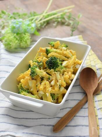 彩り鮮やかなブロッコリーと卵、ツナを使ったマカロニサラダ。ピクルスを入れることで酸味がアクセントになって美味しさアップ。ピクルスはらっきょうでも代用可能です。