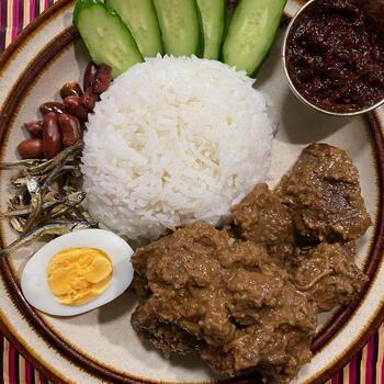 ルンダンは、牛肉をココナッツミルクやスパイスと一緒に煮込んだ、マレーシアの伝統料理。スパイスで牛肉をしっかり味付けし、汁気がなくなるまで煮込みます。ゆで卵、きゅうりやピーナッツなどを添えると、本格派ルンダンの完成です。