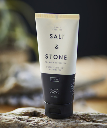オーガニックオイルとバターが配合された、SALT & STONE(ソルトアンドストーン)の日焼け止め。天然由成分のみ使用しているから、安心して全身に使用できます。置いておくだけでお洒落なボトルも嬉しいですね。